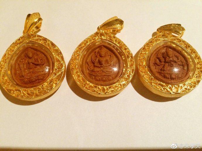 朱孝天PO出在泰國做的金飾。圖/摘自微博