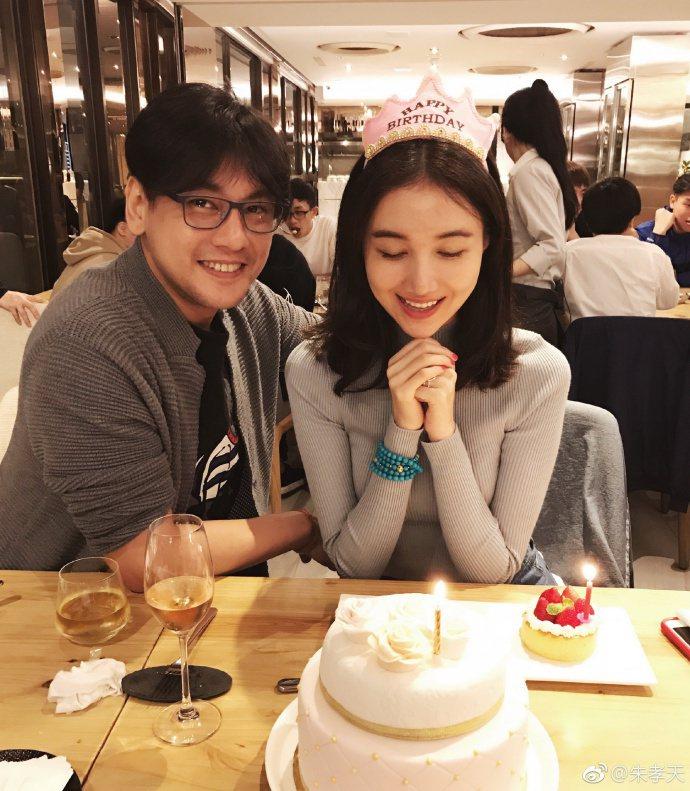 朱孝天(左)與妻子韓雯雯到泰國旅遊,沒想到疑似發生被坑事件。圖/摘自微博