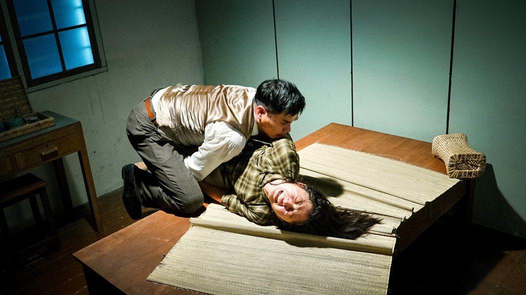 林家棟(左)與衛詩雅(右)的強暴戲相當逼真。圖/華映提供