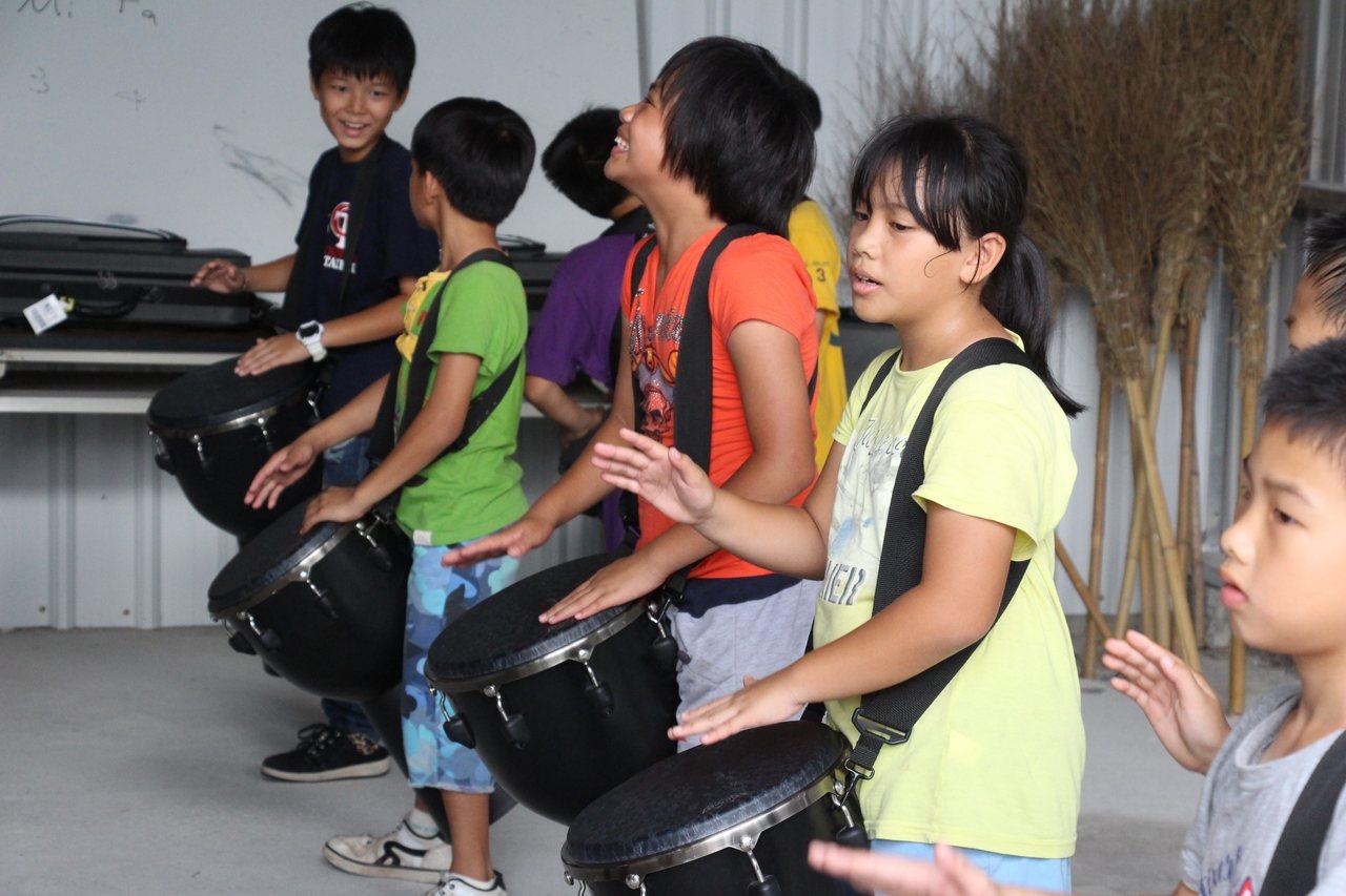 泰源書屋學童快樂學習得來不易的樂器。記者李蕙君/攝影