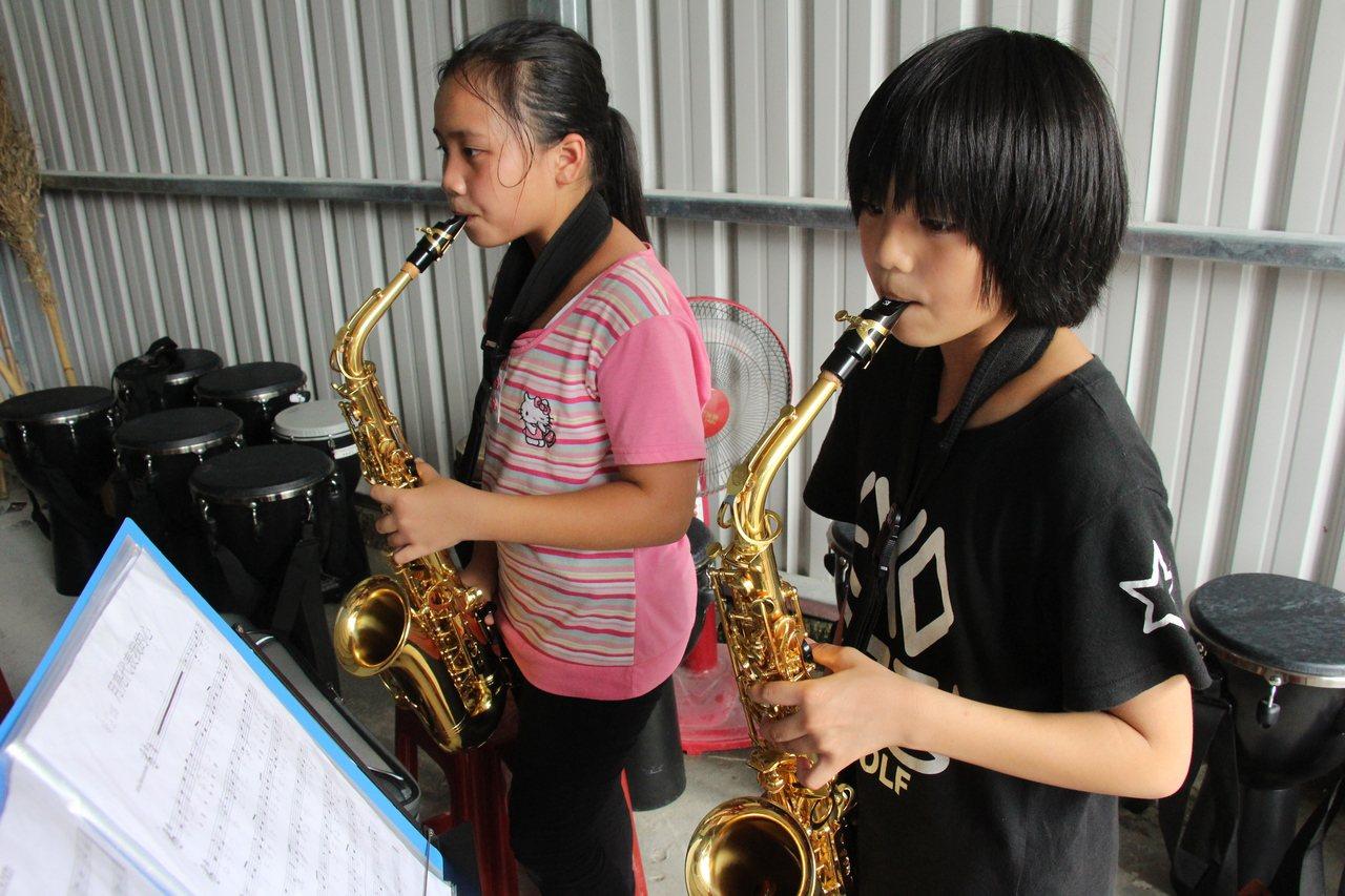 泰源書屋學童在鐵皮屋簷下學樂器,常練得汗水淋漓。記者李蕙君/攝影