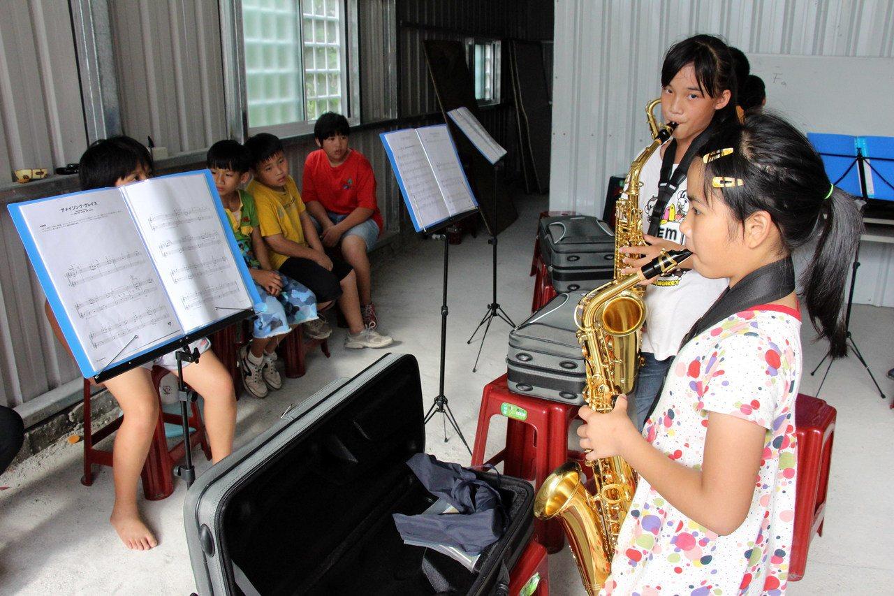 樂器有限,三年級學童才可練,低年級生總是羨慕旁觀,期待自己快快長大。記者李蕙君/...