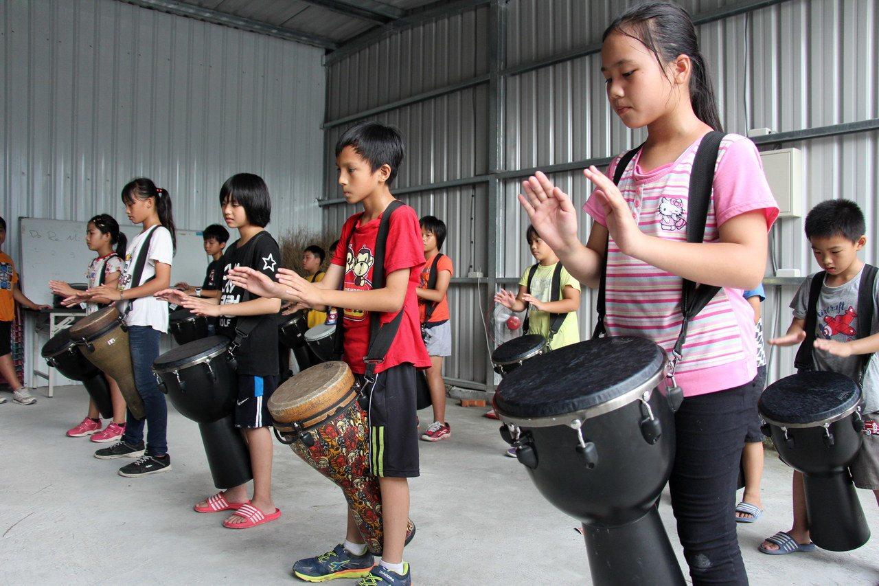 泰源書屋學童學習樂器由鼓入門。記者李蕙君/攝影