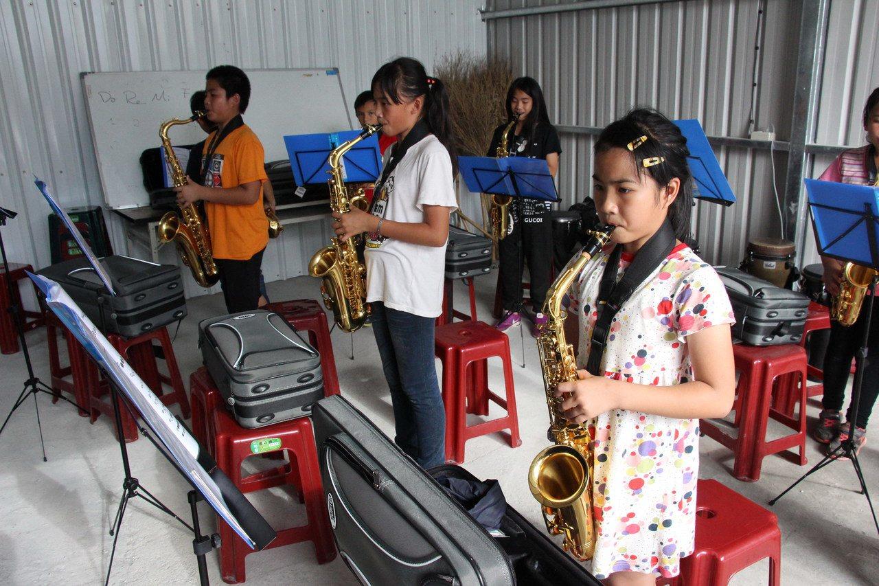 泰源書屋學童學樂器練就專注力。記者李蕙君/攝影