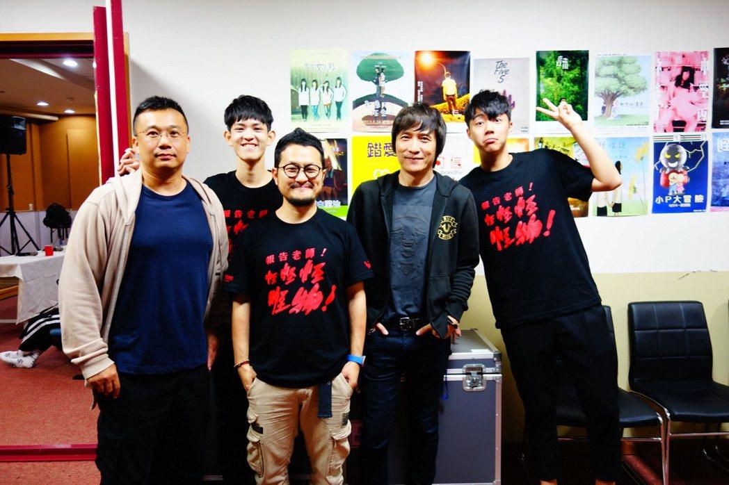 台北城市科技大學邀請導演九把刀(中)到校,參與演藝與流行音樂學程的校園講座,他分