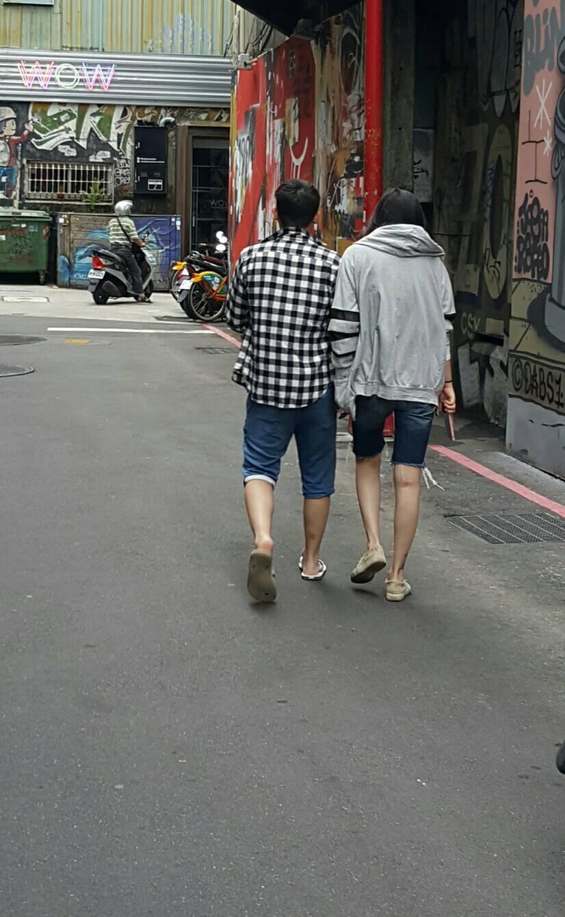 蕭淑慎(右)與男友快步離開巷弄。記者杜沛學/攝影