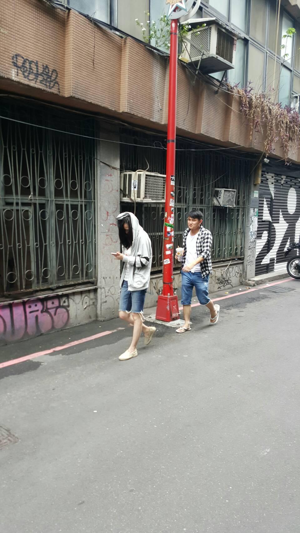 蕭淑慎(左)與男友現身西門巷弄,原本想買漢堡,沒想到被媒體逮個正著。記者杜沛學/...