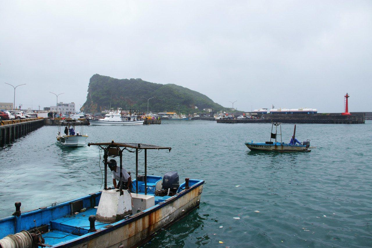 新北巿瑞芳深澳漁港位處磅磅灣尾端,受地形、海流影響,常有大量海漂垃圾被帶進港區。...