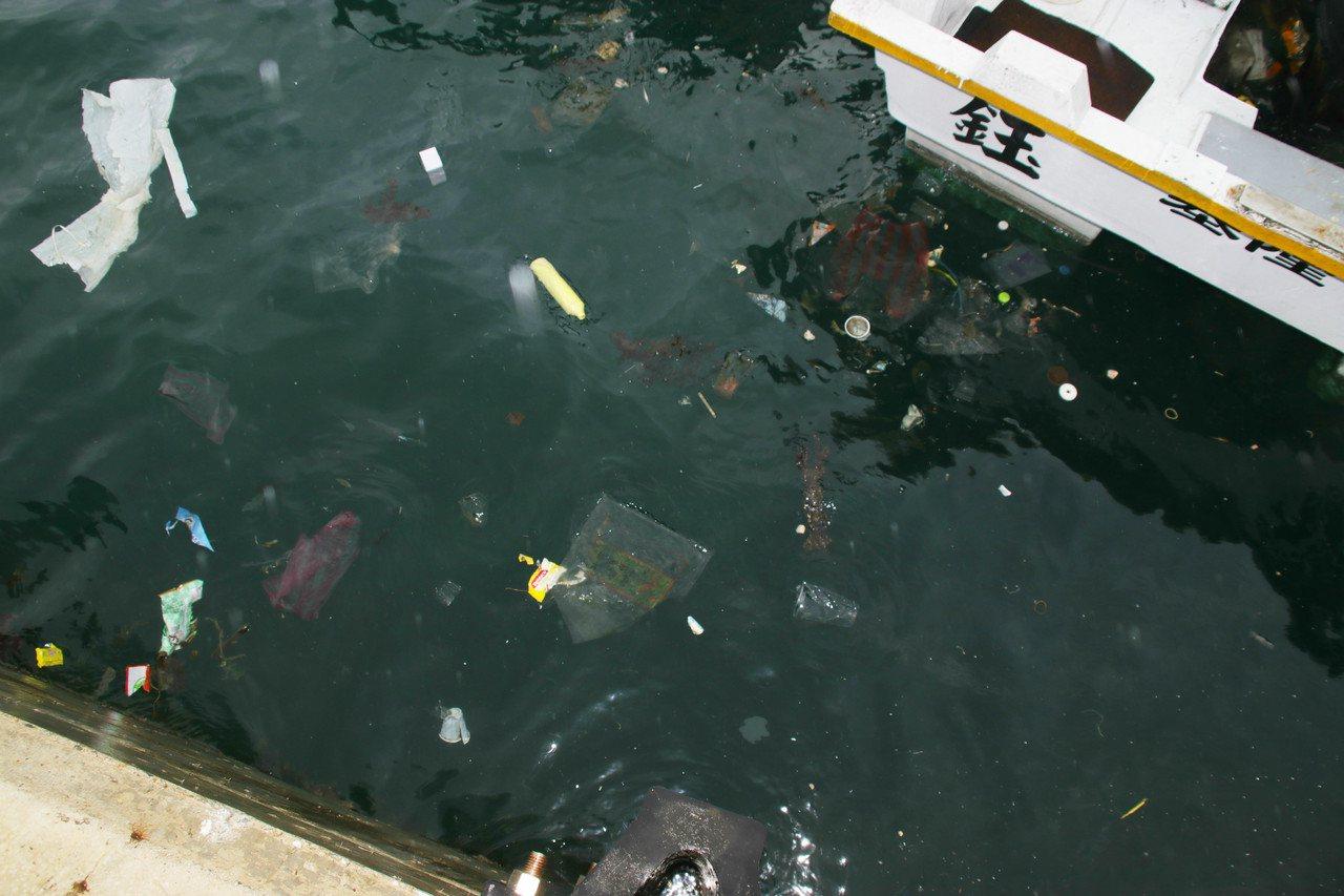 深澳漁港受地形、海流影響,垃圾常常只進不出,造成港區充斥著各式塑膠袋、寶特瓶垃圾...