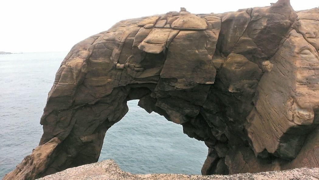 瑞芳象鼻岩近年爆紅,假日湧入大量觀光客,但人潮也帶來垃圾潮,汙染鄰近的深澳漁港。...
