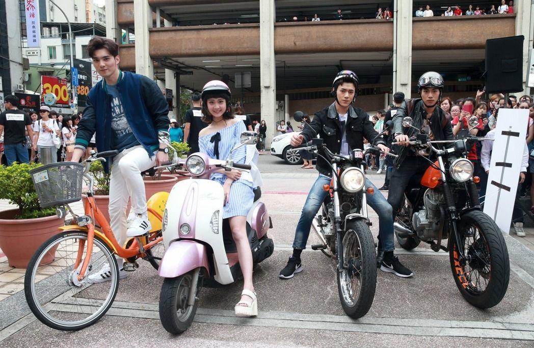 子閎(右起)、易恩、鍾羽、偉晉其各自的「戰馬」出場。記者黃義書/攝影