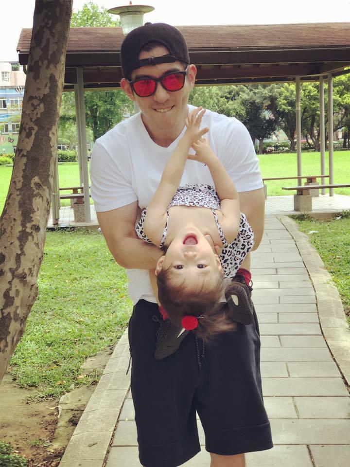 修杰楷(後)休息時間就陪女兒,咘咘也愛跟爸爸玩。圖/摘自臉書