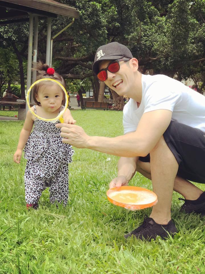 修杰楷(右)休息時間就陪女兒,咘咘也愛跟爸爸玩。圖/摘自臉書