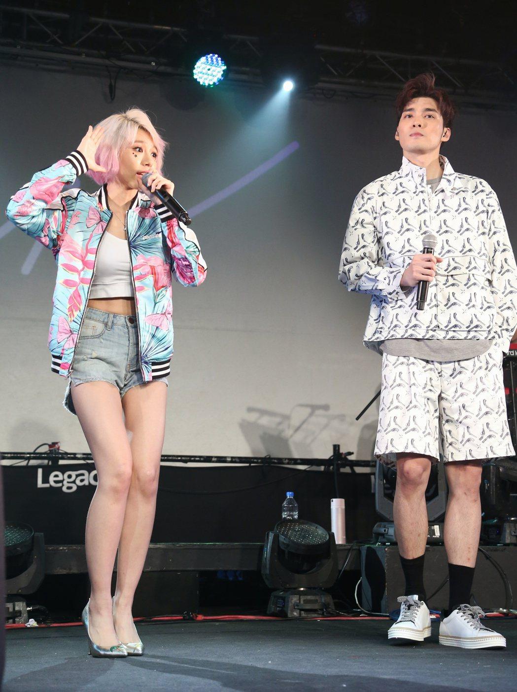 林明禎(左)於台北華山Legacy舉辦首次購票讚聲演唱會。邀請偉晉(右)擔任特別
