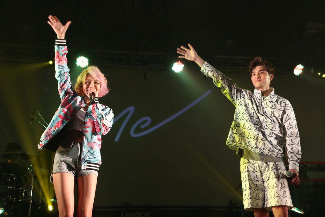 林明禎(左)於台北華山Legacy舉辦首次購票讚聲演唱會。邀請偉晉(右)擔任特別...
