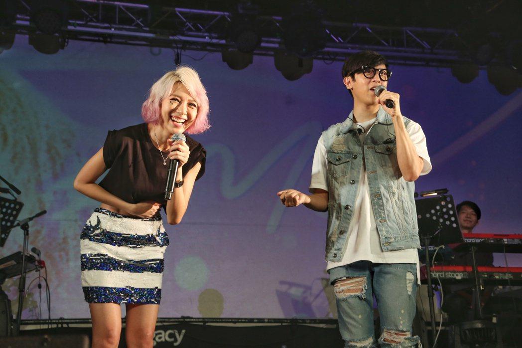 林明禎(左)於台北華山Legacy舉辦首次購票讚聲演唱會。邀請方炯鑌(右)擔任特...
