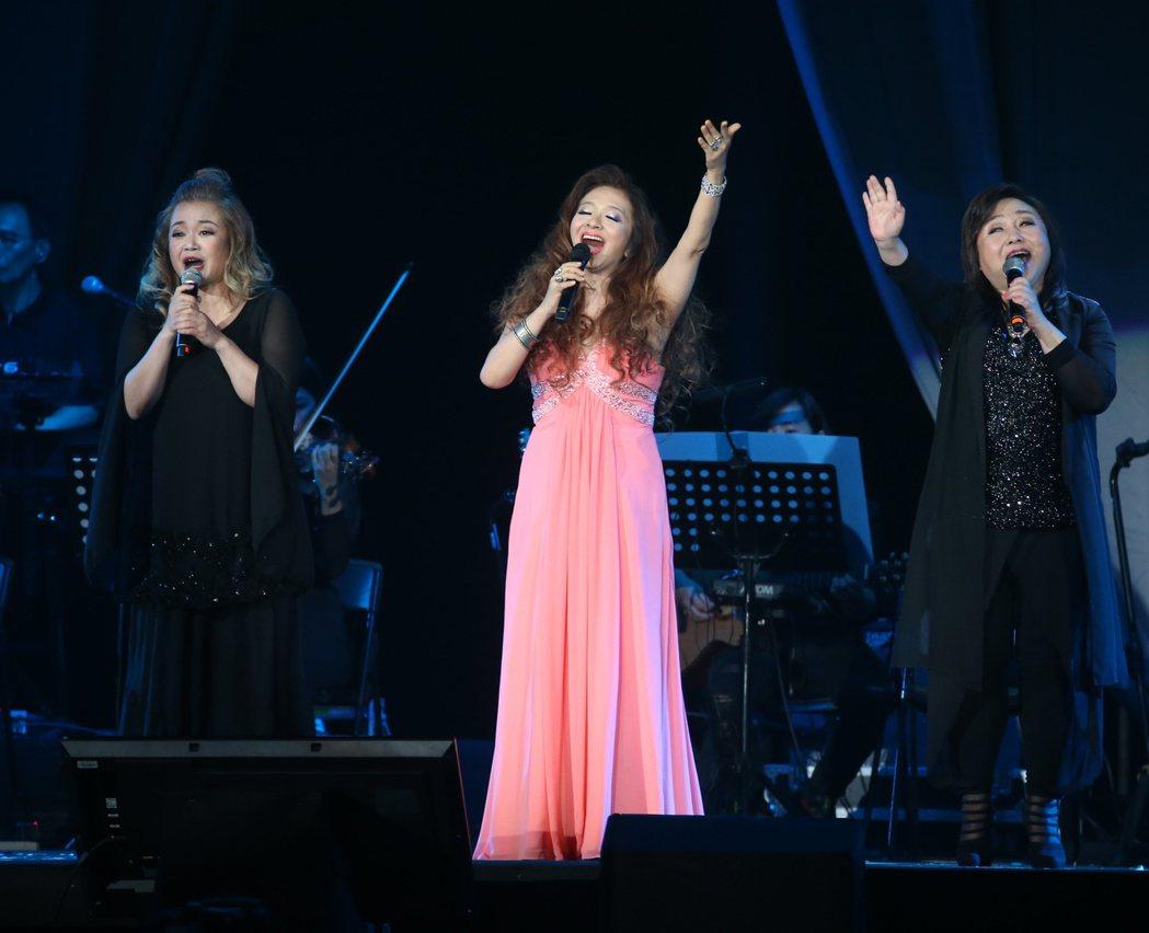 民歌42高峰會。金智娟(左起),許景淳與鄭怡帶來精彩表演。記者陳立凱/攝影