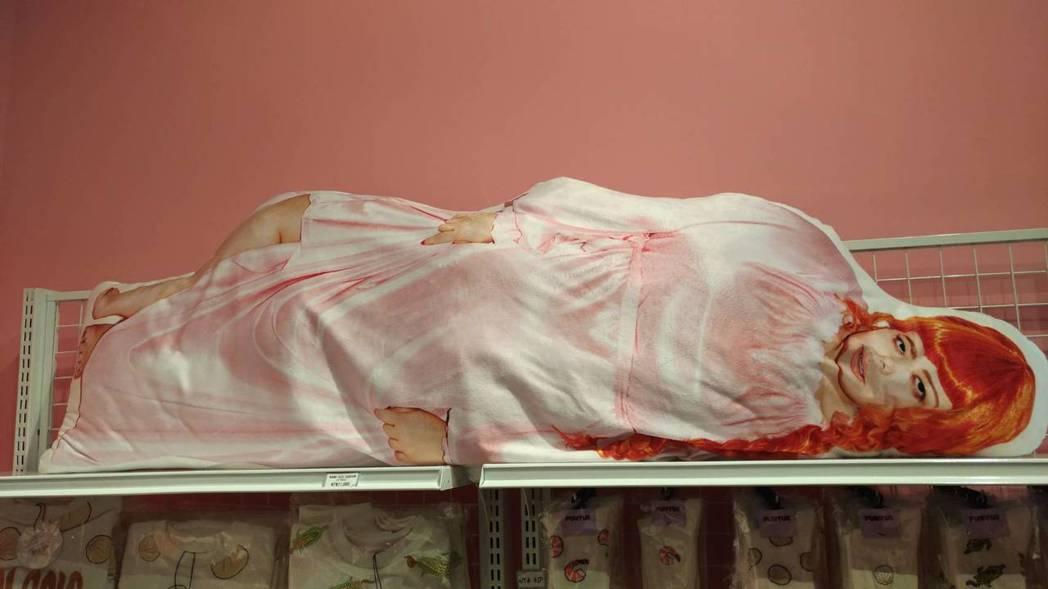 渡邊直美的抱枕一個要佔兩個貨架。記者李姿瑩/攝影
