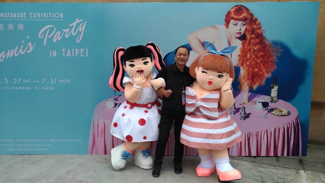 製作人偶的負責人堀則明自豪擁著人偶。記者李姿瑩/攝影