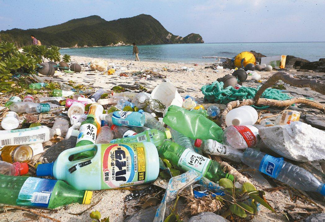 海灘上的聯合國 日本沖繩座間味島北岸唐馬海灘海漂物像「聯合國」,除了「當地貨」,...