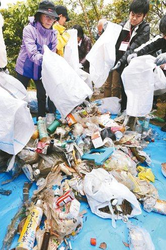 日本沖繩漫湖公園南岸海上漂流物撿拾。 記者曾學仁/攝影