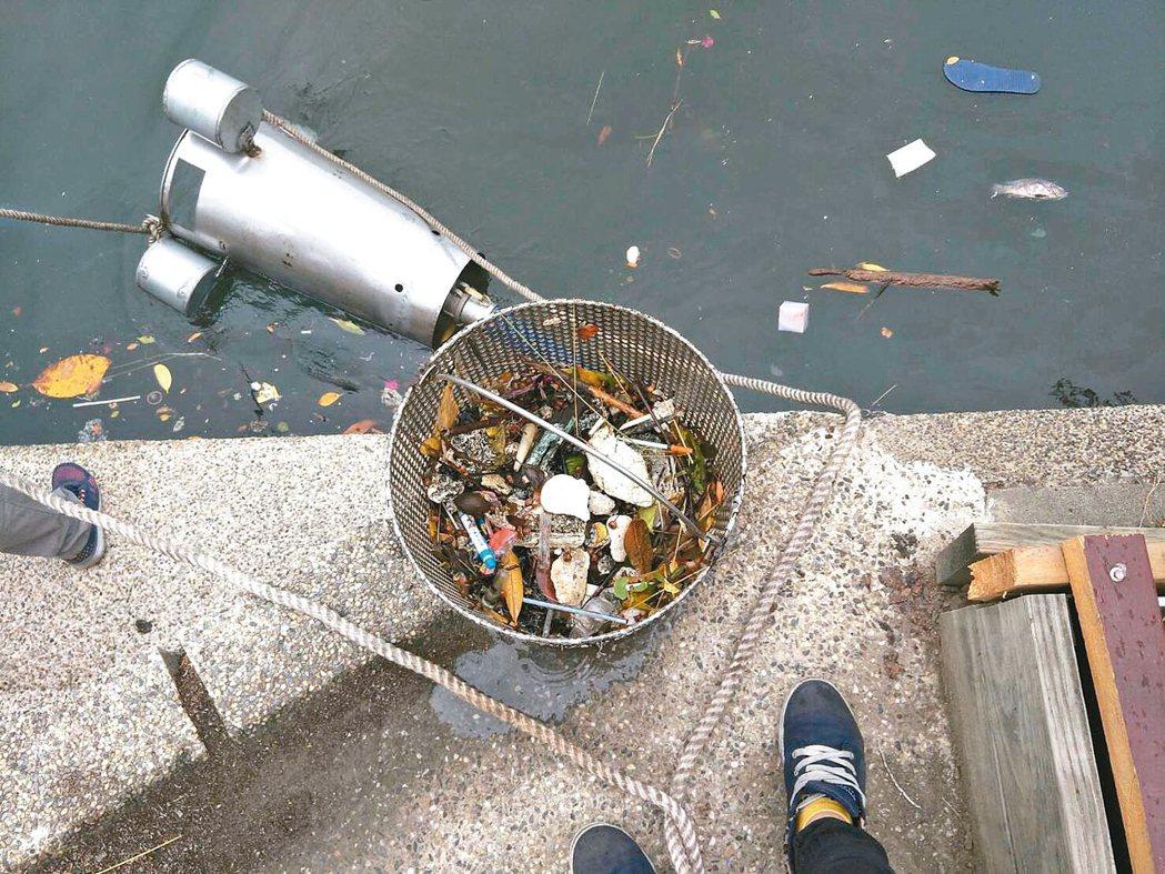 金門縣環保局正在打造小型的海面垃圾收集器,試驗成功後,未來可能先在港口沿岸設置。...