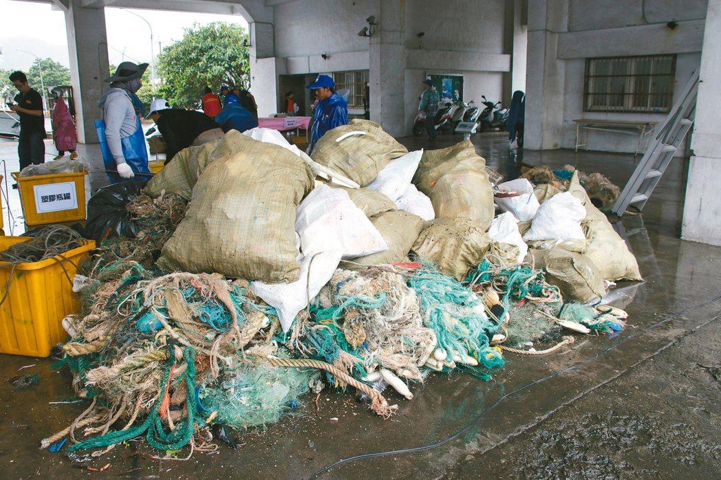 深澳漁港在潛水教練、漁民合作下,共同清出將近五噸的海洋廢棄物。 記者曾健祐/攝影