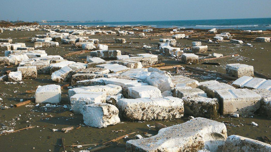 台南沿海常看到一片「雪海」,實際上是蚵農的保麗龍浮棚(圖)被浪打上岸。 圖/晁瑞...