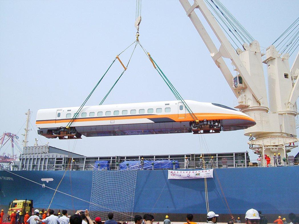 2004年高鐵700T列車到台灣,齋藤雅男當時也在現場迎接。 圖/台灣鐵道暨國土...