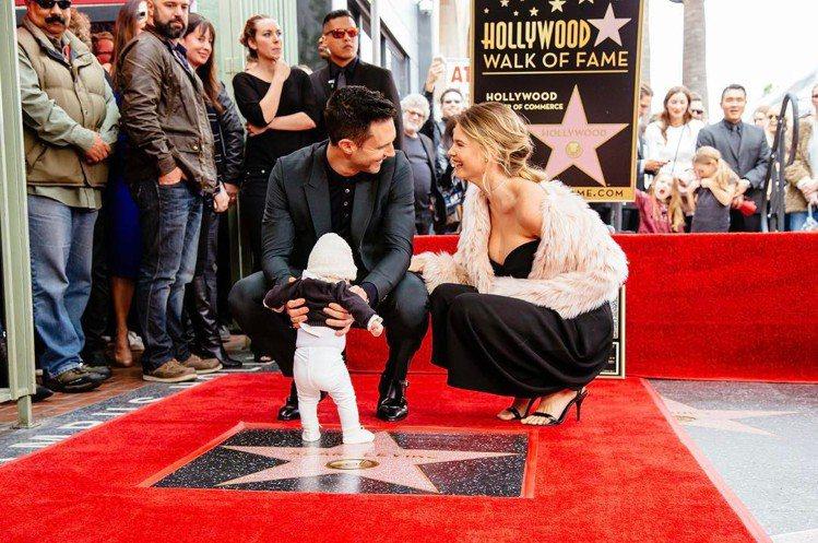 魔力紅主唱亞當李維和名模老婆Behati Prinsloo去年迎接他們的可愛女兒...