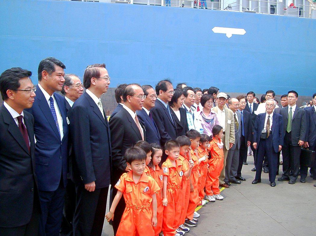 2004年700T列車進台灣,齋藤雅男(右二)受當時的高鐵董事長殷琪邀請出席,當...