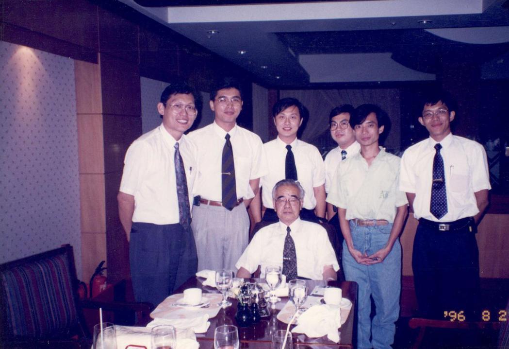 1996年6名年輕人與齋藤雅男在中泰賓館用餐。 圖/台灣鐵道暨國土規畫學會提...