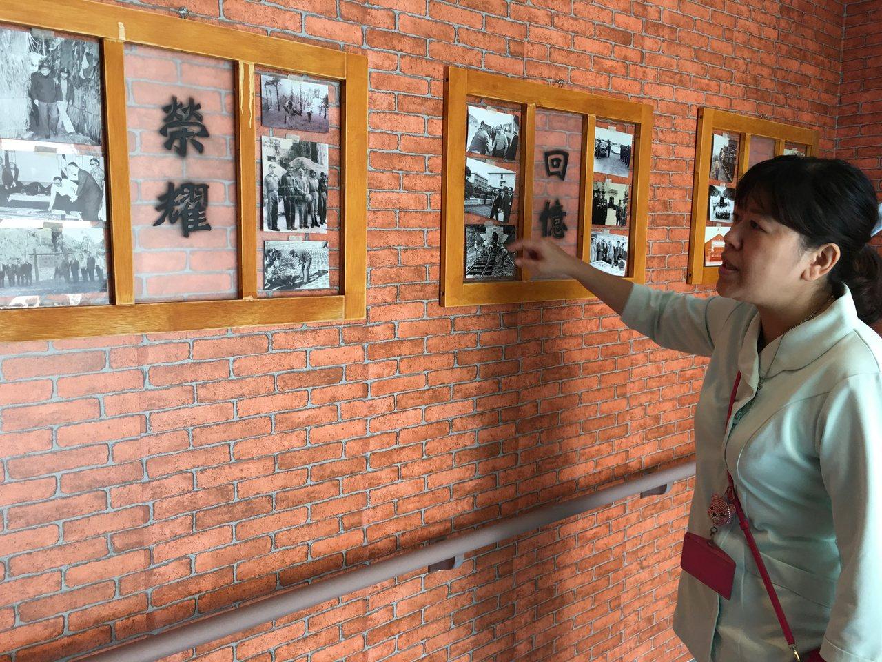 板橋榮家失智祥和堂的懷舊廊道上,掛滿兩蔣照片。 記者鄧桂芬/攝影