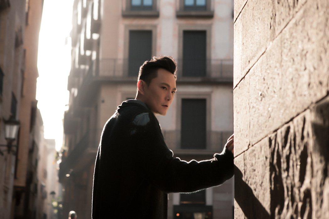 張信哲新歌「遷徙」,前往西班牙巴賽隆納拍攝MV。圖/潮水音樂提供