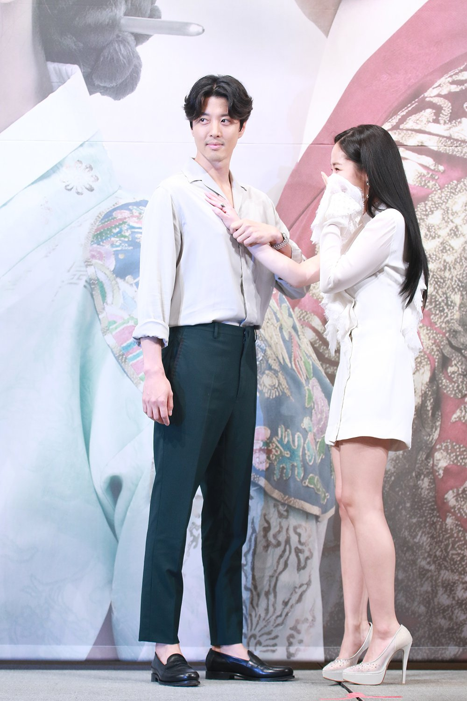 李東健在記者會上抓朴敏英手摸胸。圖/KKTV提供