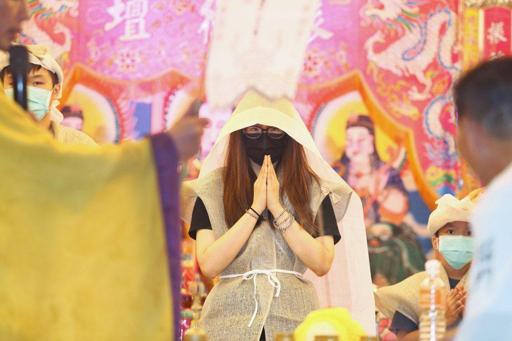 豬哥亮30日三七法會,是俗稱的「女兒旬」。謝金燕仍然未現身,由謝金晶(中)為代表