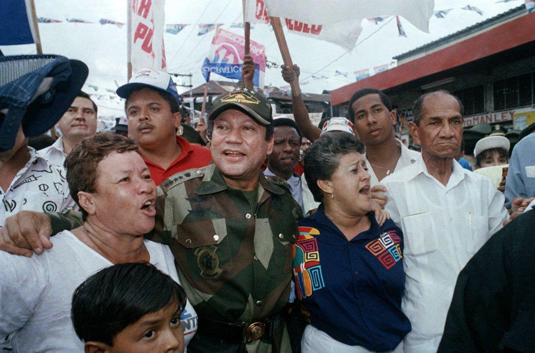 1989年5月,諾瑞嘉(中)被支持者簇擁。 (美聯社)