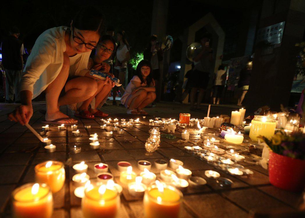 台北市文化國小發生女童遭割喉案後,校門前滿滿都是民眾點起的蠟燭。 本報資料照