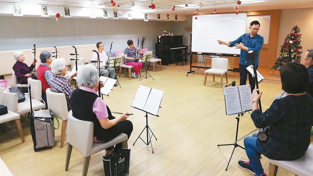 長庚養生村內每天都有不同的才藝課程,填滿老年人退休後的時光。 本報系資料庫