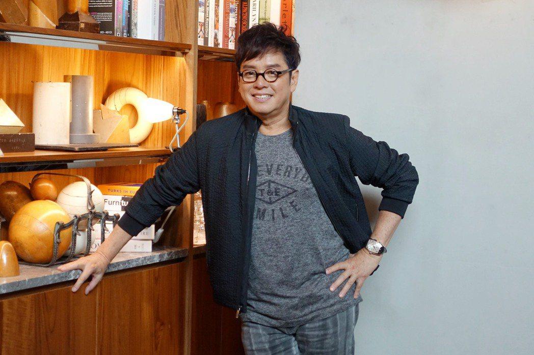 香港樂壇「校長」譚詠麟推出新專輯「欣賞」,「歌神」張學友合唱「觀」,譚詠麟笑說,