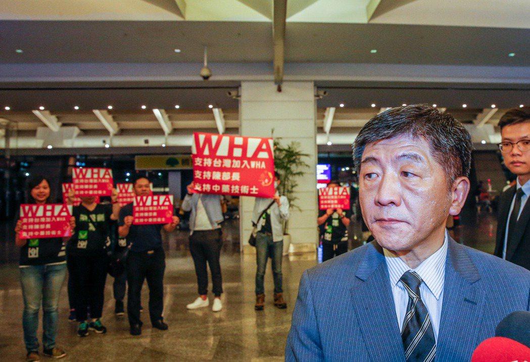 衛生福利部長陳時中率團搭乘華航班機前往日內瓦參加WHA會議,有民間團體到機場為部...