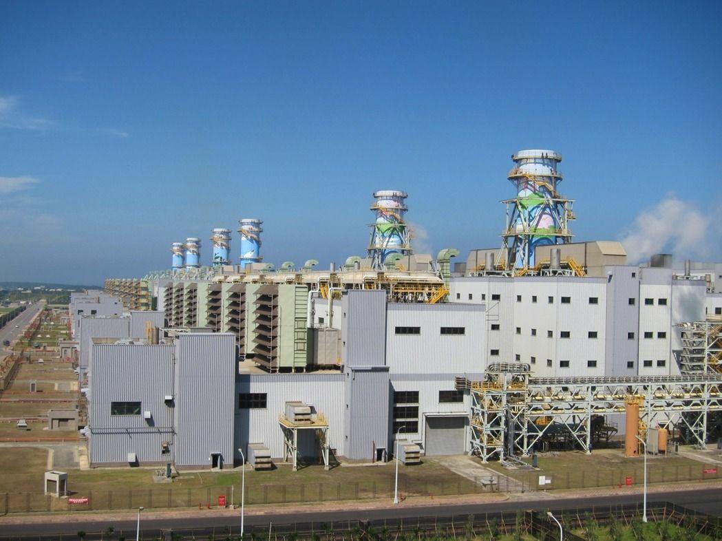 台電核四廢除後,台電大潭電廠現有6部天然氣機組(見圖)發電因應今年夏季供電吃緊不...