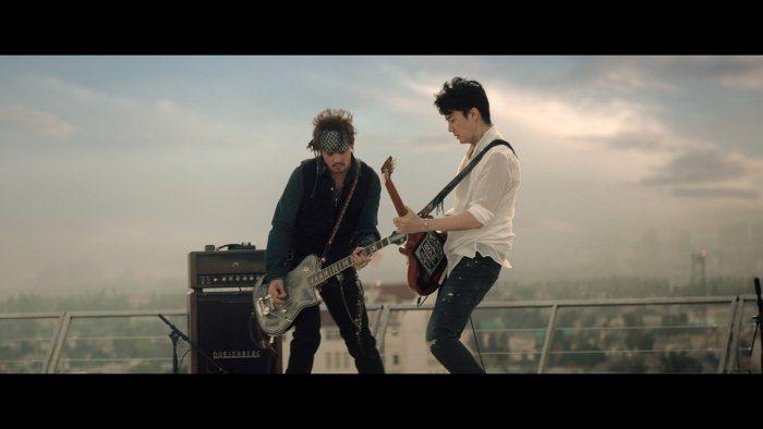 強尼戴普和福山雅治互飆電吉他。圖/摘自modelpress