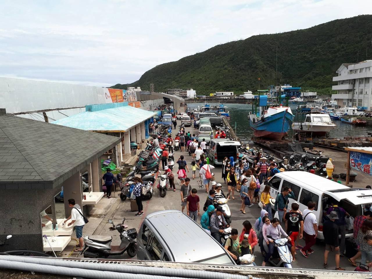 端午節連假期間大量遊客湧入綠島,島上到處人滿為患。圖/東管處綠島工作站提供
