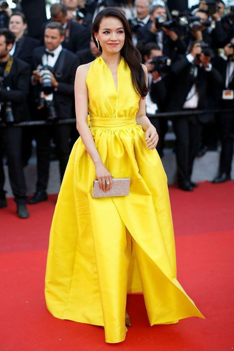 日前舒淇在坎城影展的紅毯上以一身鮮黃色緞面禮服亮麗登場,搭配Jimmy Choo...