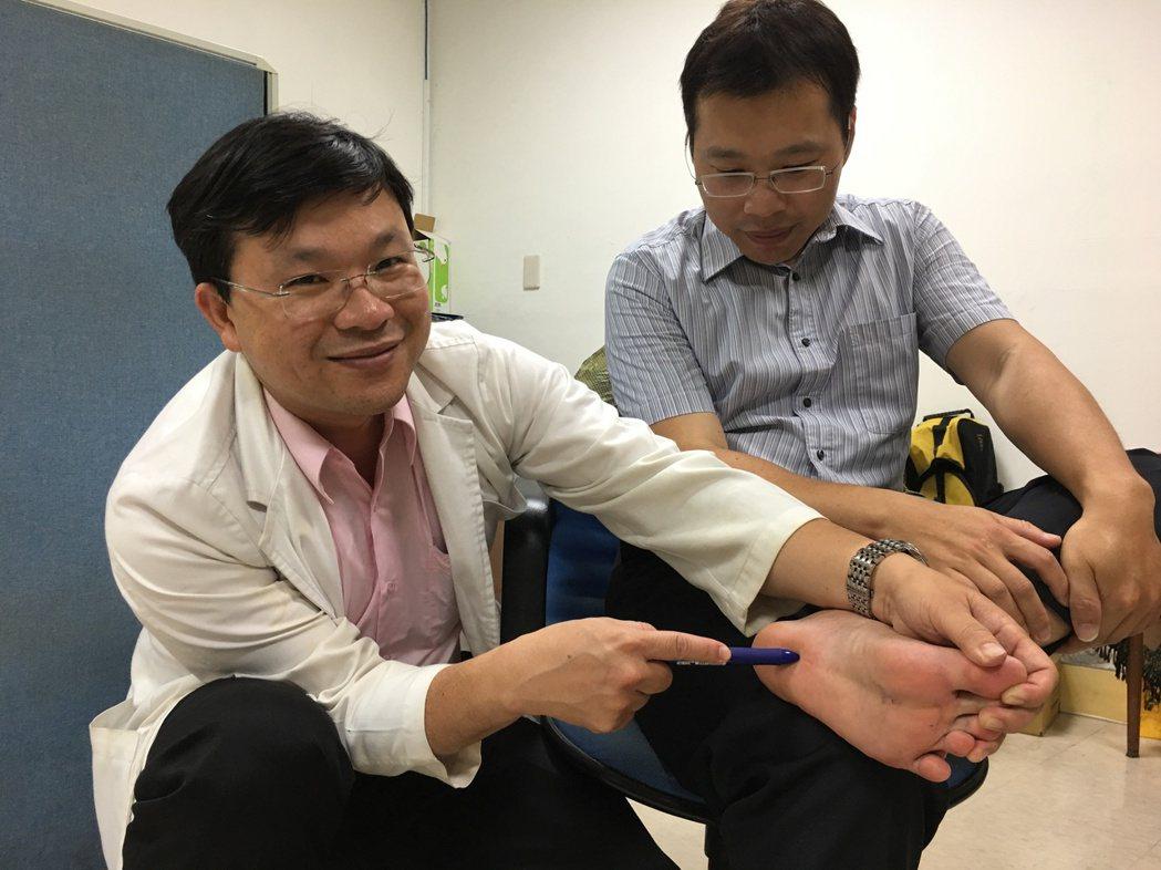 開業物理治療所院長陳子敬(左)表示,最常見的足底疼痛問題就是足底筋膜炎,建議患者...
