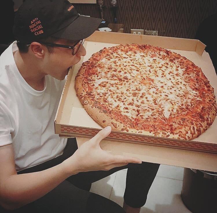 周湯豪嗑披薩。圖/東森提供