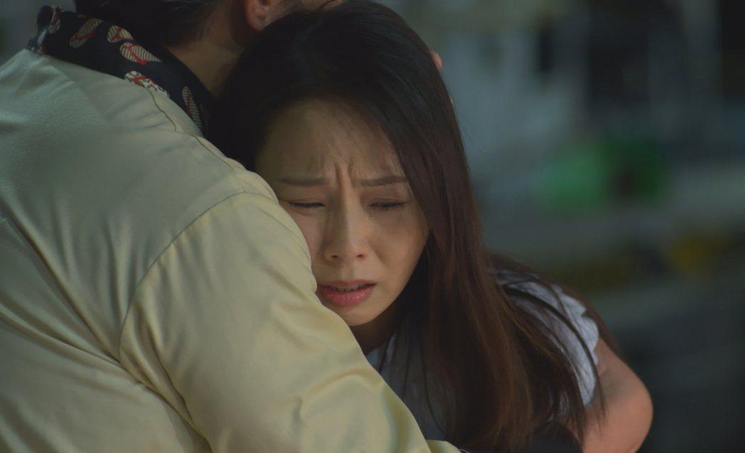孫淑媚、李㼈主演「牡丹花開」,戲中為弄丟失智母而痛哭。圖/台視提供