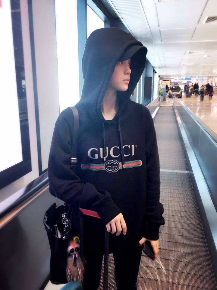 歐陽娜娜在機場也曾被拍到穿著Gucci的黑色logo帽T,同樣的設計風格兼顧休閒...