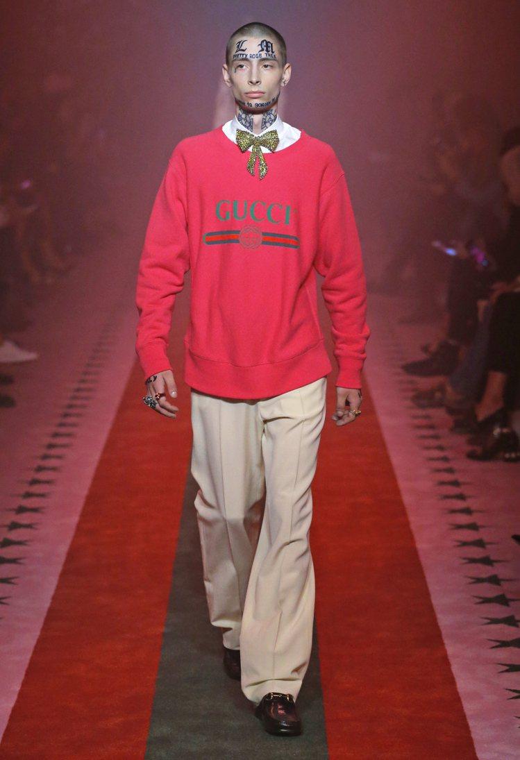 2017春夏系列中的男裝桃紅logo長袖T恤。圖/Gucci提供
